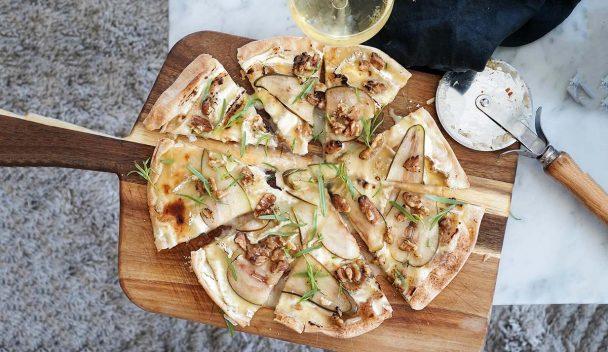 Libapizza med brie de meaux, päron, dragon och rostade valnötter